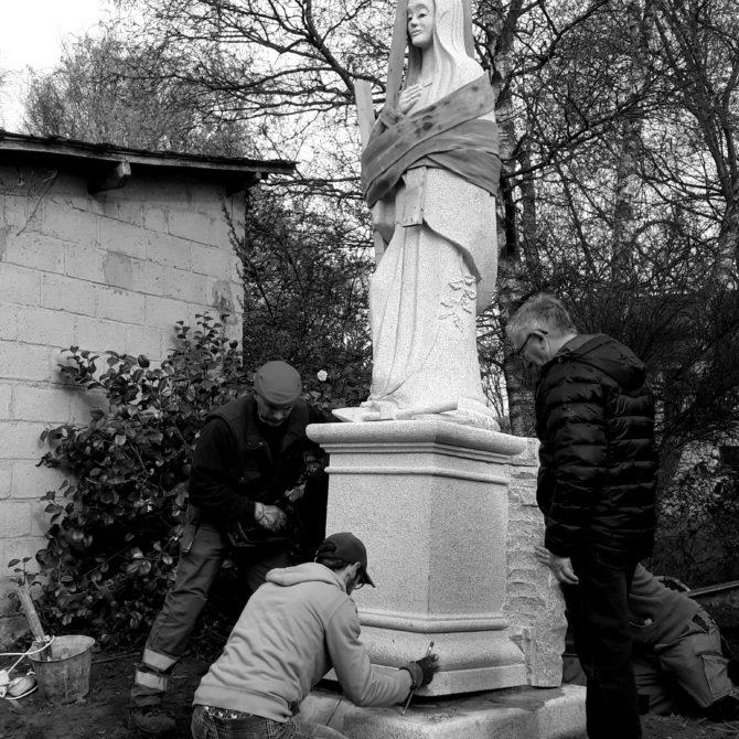 Sculpture monolithe granite Bretagne Notre Dame des Granitiers Lucien Mazé