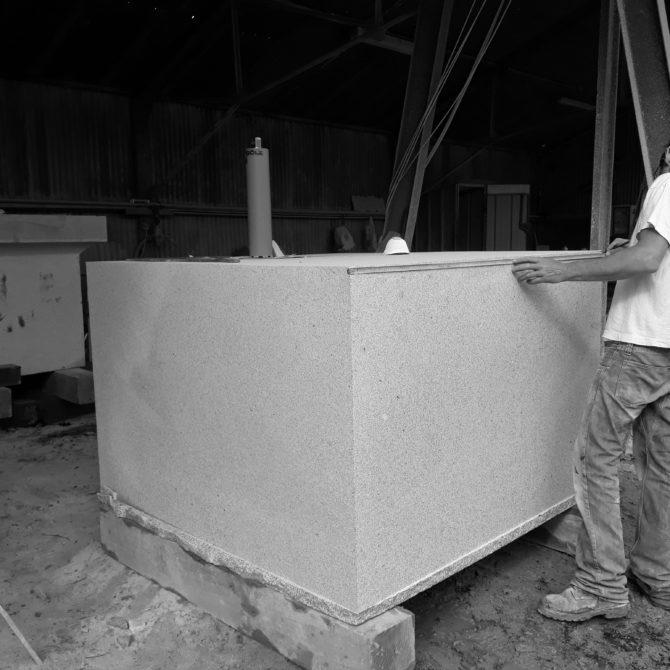 taille de pierre bretagne granite Socle éloge du pas de coté Lucien Mazé