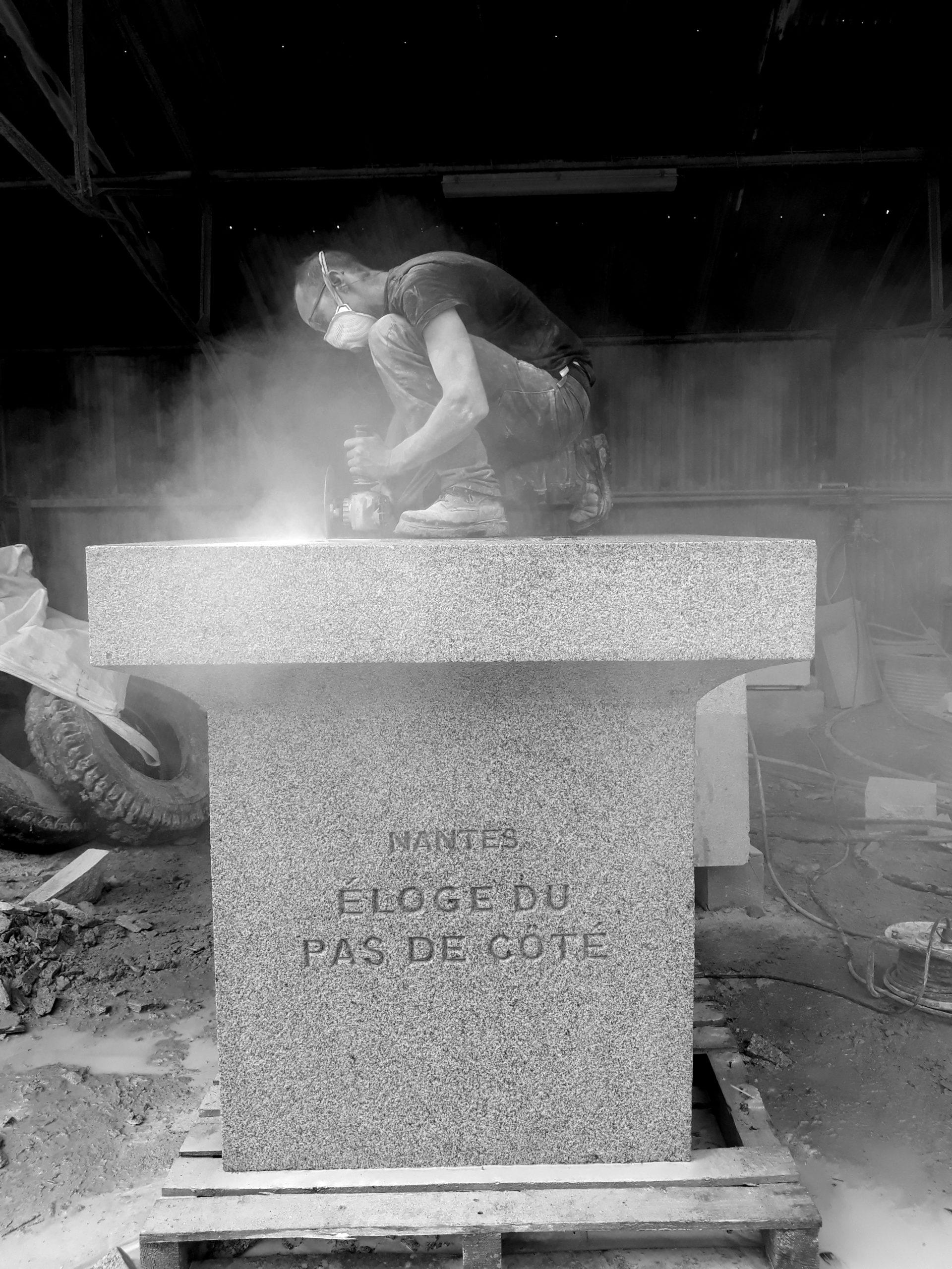 gravure de pierre bretagne granite Socle éloge du pas de coté Lucien Mazé