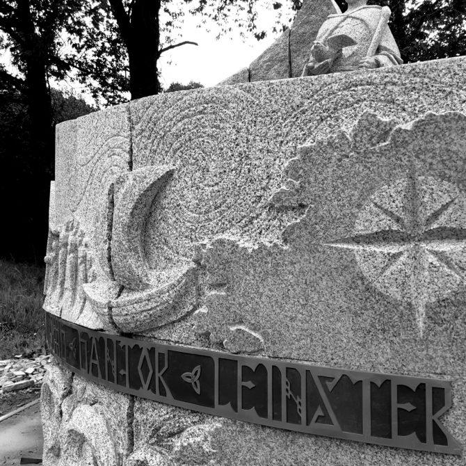 Sculpture celte granite Bretagne Hommage à St Colomban Lucien Mazé