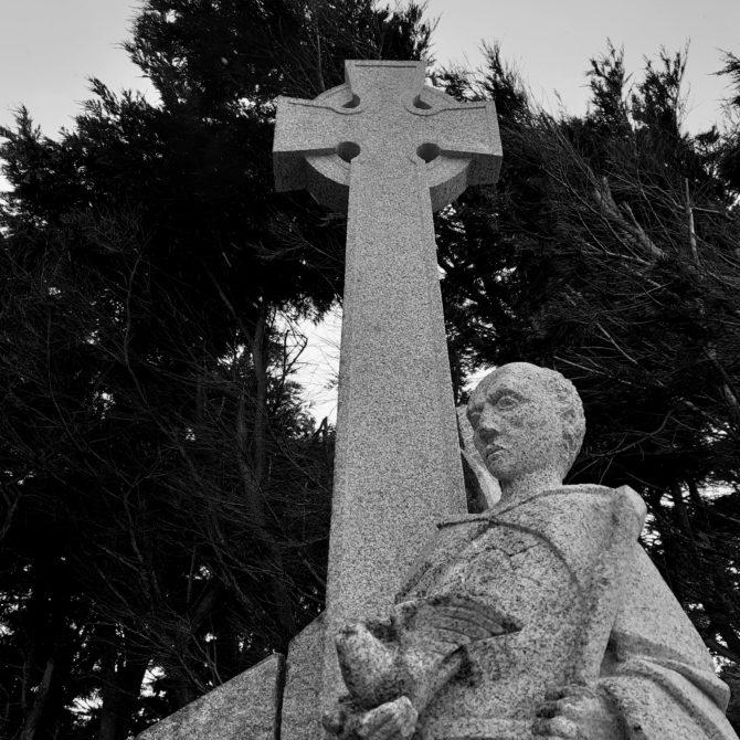 Sculpture croix celtique granite Bretagne St Colomban Lucien Mazé
