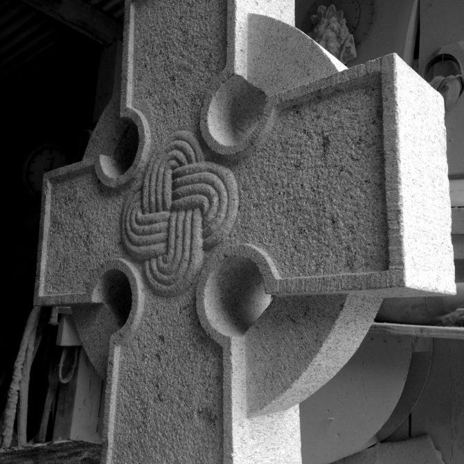 Croix celtique granite motif Monastaire ile Larins Lucien Mazé