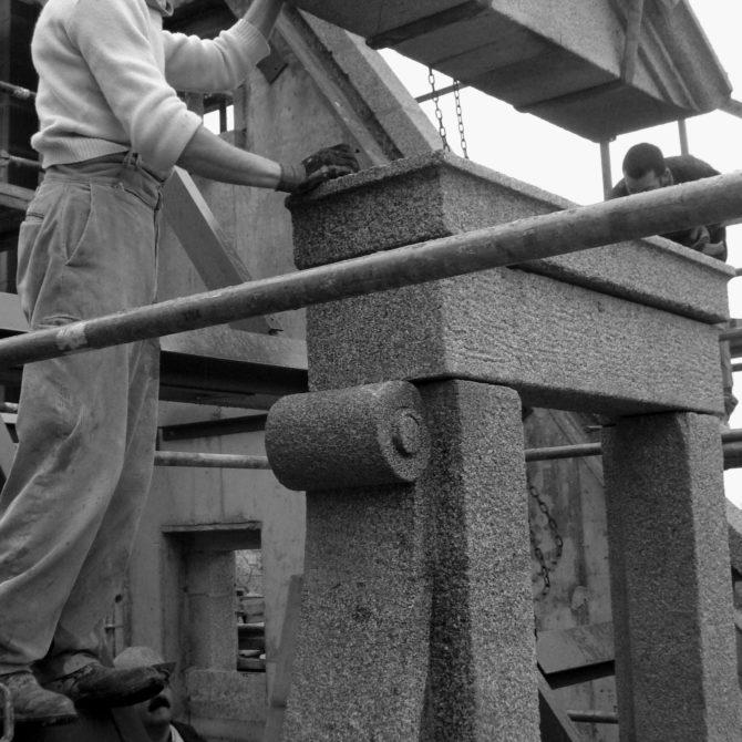 Taille de pierre lucarne granite Lucien Mazé La Coudraie bretagne