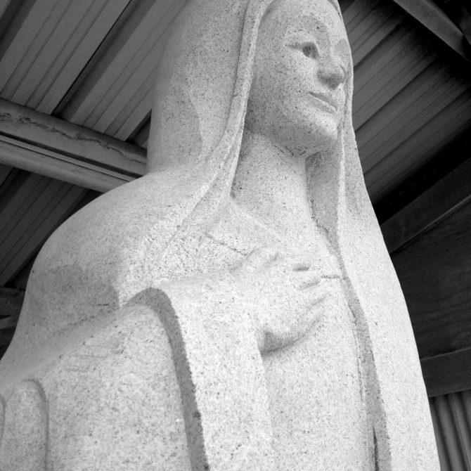Sculpture vierge monumentale granite Breton Notre Dame des Granitiers Lucien Mazé