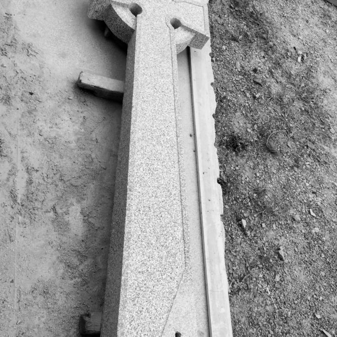 Croix celtique granite Bretagne St Colomban Lucien Mazé Sculpture Gravure