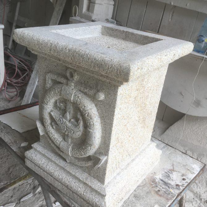 Sculpture socle granite Lucien Mazé Gravure sur Pierre