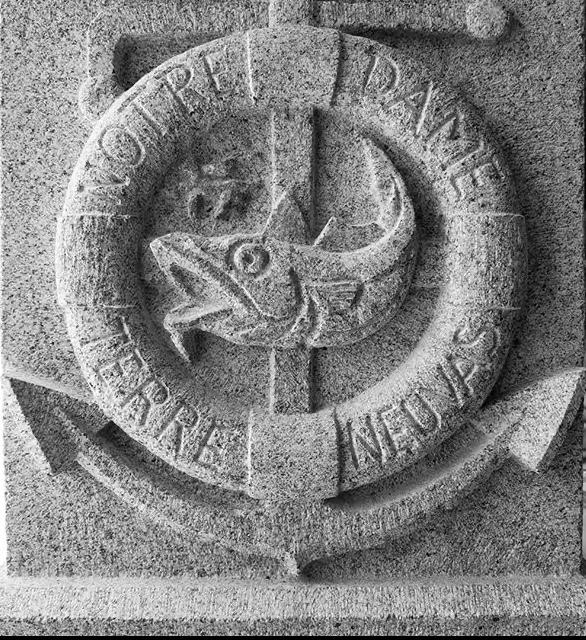 Gravure sur Pierre socle granite bretagne Lucien Mazé