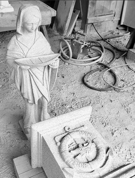 Gravure sur Pierre socle Notre dame des terre neuvas granite bretagne Lucien Mazé