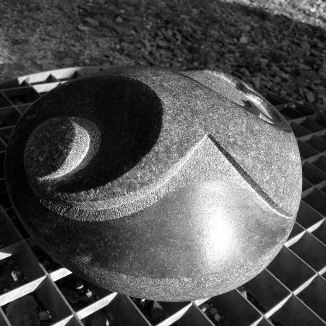 sur Galet sculpture sur pierre Lucien Mazé Bretagne