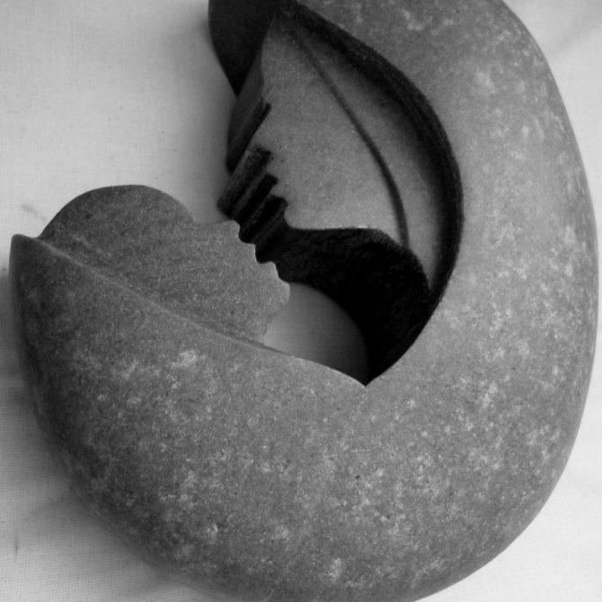 Sculpture sur Galet gravure sur pierre Lucien Mazé tailleur de pierre Bretagne