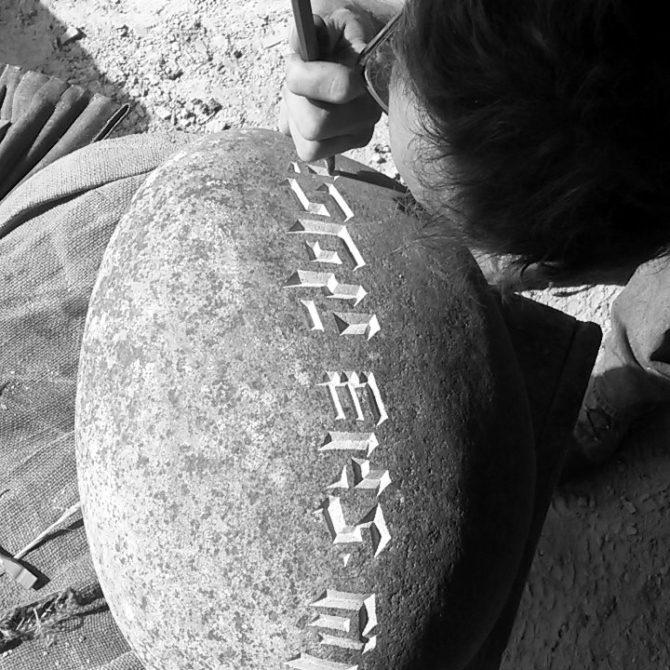Gravure sur Galet sculpture contemporaine sur pierre Lucien Mazé tailleur de pierre Bretagne