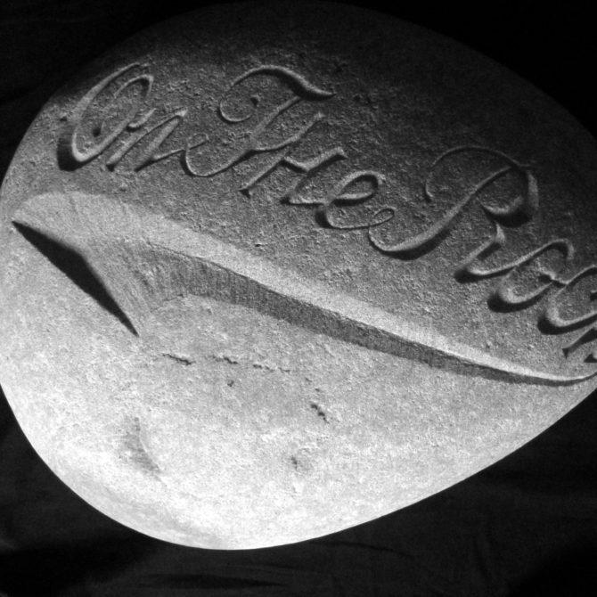 Gravure sur Galet sculpture sur pierre Lucien Mazé taille de pierre Bretagne