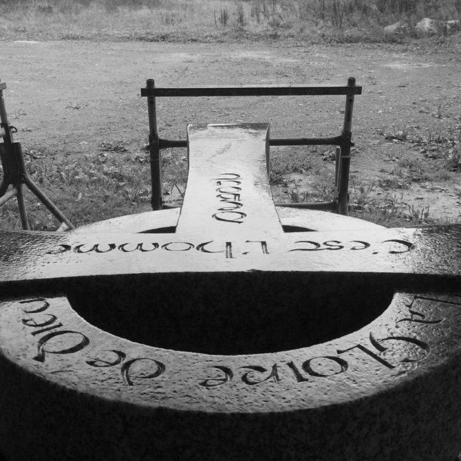croix celtique Gravure sur pierre Granite du tarn Lucien Mazé Taille de Pierre Bretagne