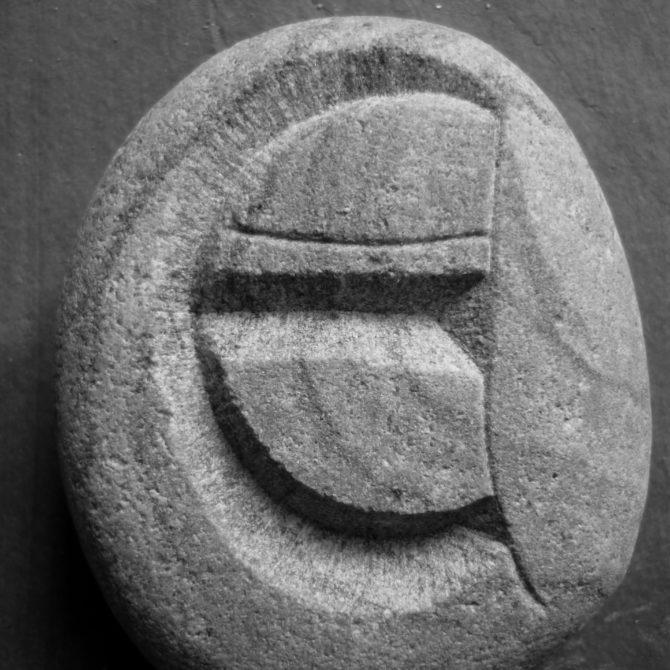 Gravure de lettre sculpture sur pierre Lucien Mazé taille de pierre Bretagne
