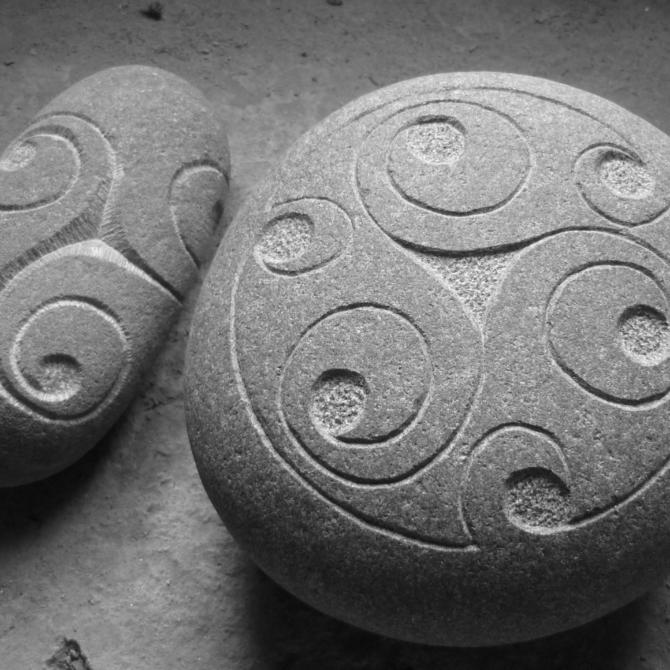 Gravure de triskel Lucien Mazé tailleur de pierre Bretagne