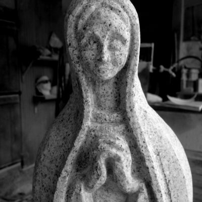 Sculpture-granite- gravure-taille de pierre-bretagne-Ateliers-du-Rocher Lucien Maze -vierge