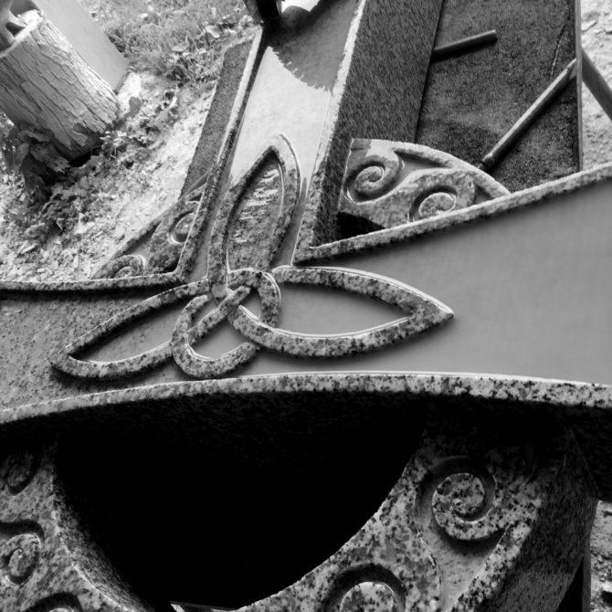 Croix celtique granite entrelacs bretagne lucien Mazé
