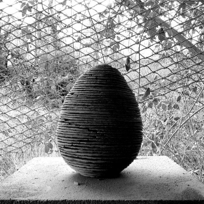 Sculpture Oeuf en ardoise Lucien Mazé tailleur de pierre Bretagne
