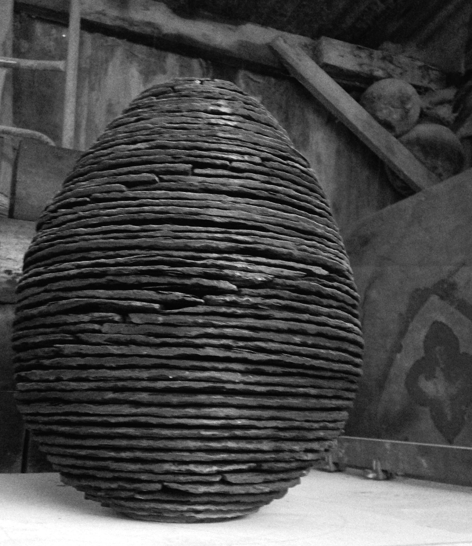 Sculpture Oeuf en schiste Lucien Mazé tailleur de pierre Bretagne